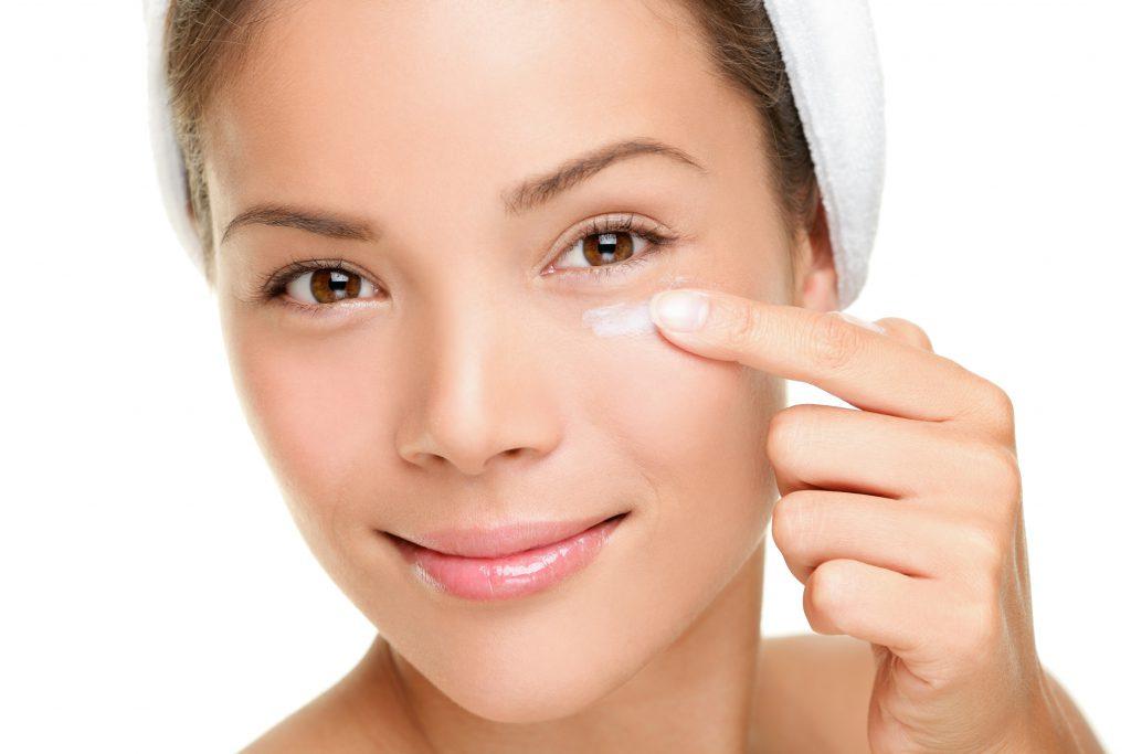 Tipps gegen Krähenfüße – glatte Haut um die Augen herum
