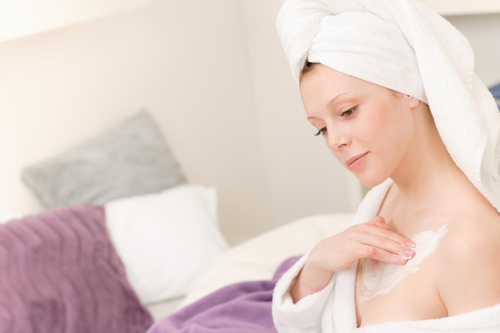 Pflege der Haut am Dekolleté: Die besten Behandlungen und Pflegeprodukte